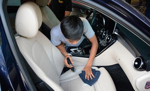 Cách làm sạch lớp ố bẩn ghế da ô tô
