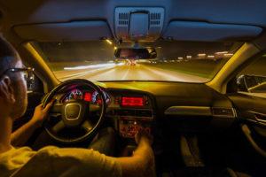Không nhìn trực diện vào đèn pha xe ngược chiều