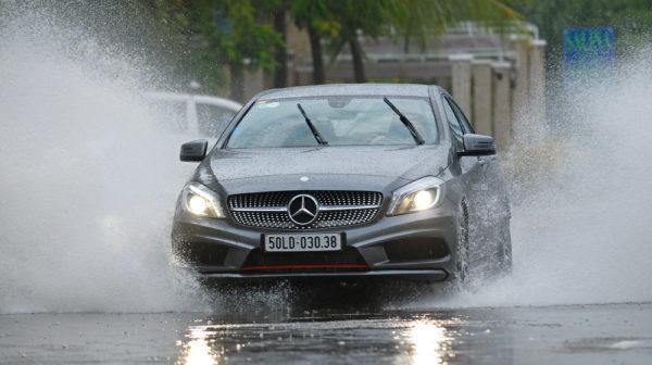 Lái xe trong điều kiện mưa gió